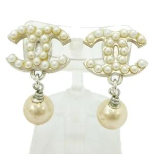 CHANEL Immitation Pearl/Metallic CC Logo Earrings